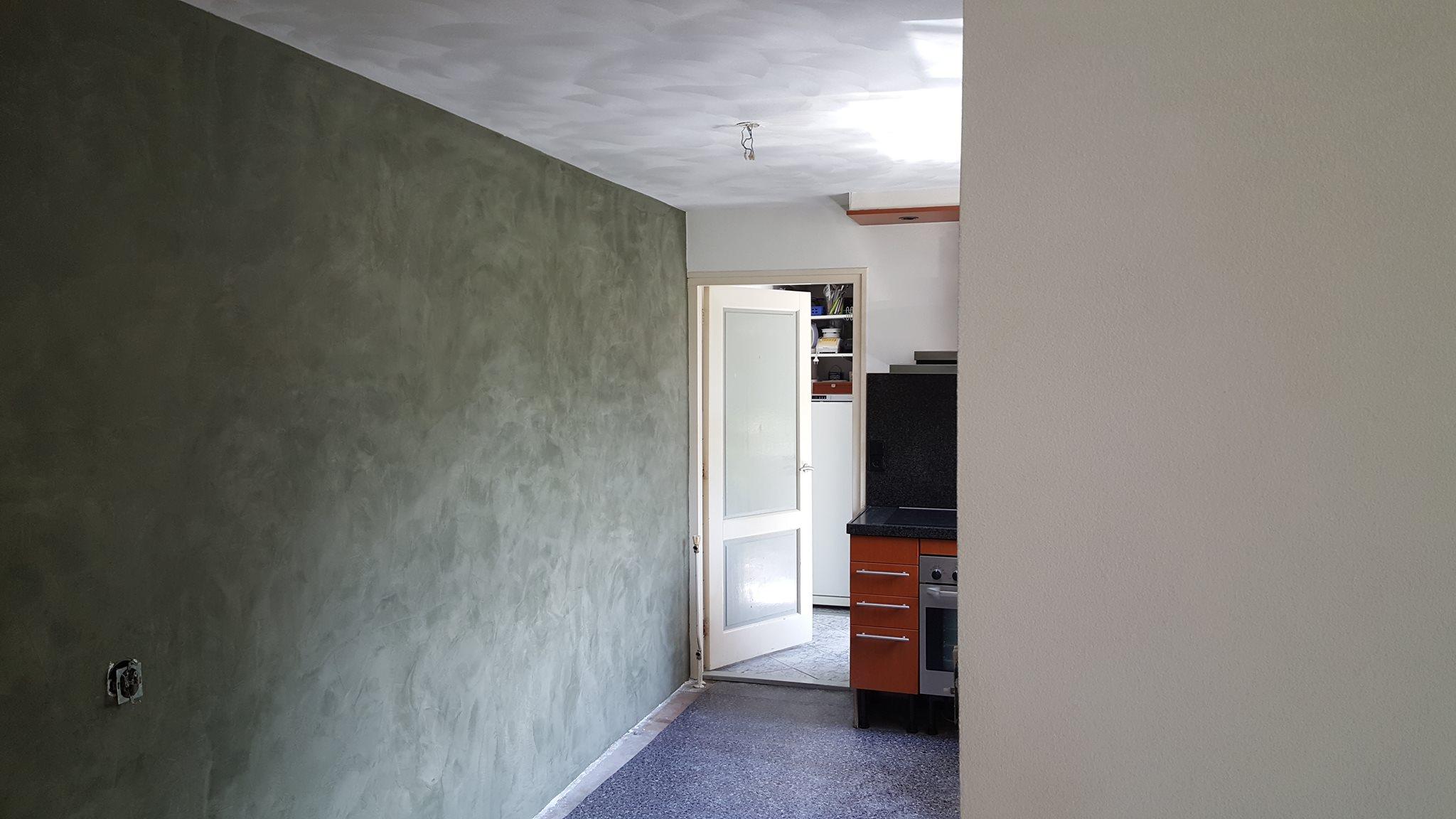 Wanden afgewerkt met Stucco mat, plafonds in schuurwerk (wildverband)