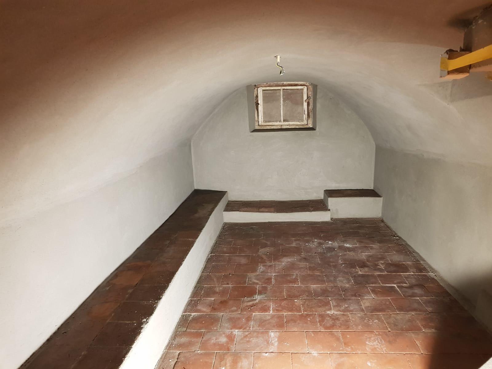 Oude wijnkelder voorzien van traditioneel raapwerk, voor en na